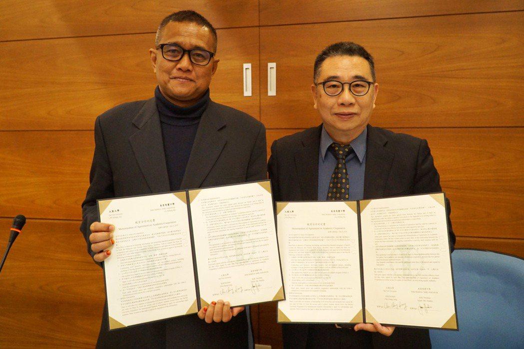 大葉大學校長梁卓中(右)與馬寶中學校長朱馬力(左)代表兩校簽約。 大葉大學/提供...