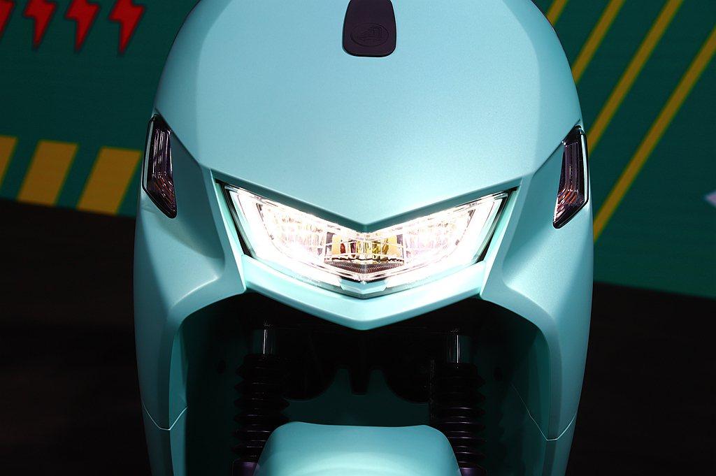 高亮度、低耗電的反射式LED大燈讓騎乘更為安全。 記者張振群/攝影