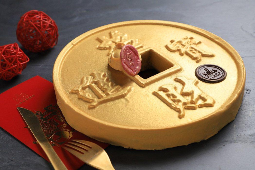 「金幣櫻桃巧克力蛋糕」寫上招財進寶,金光閃閃的外表為新年討個好兆頭,售價1,08...