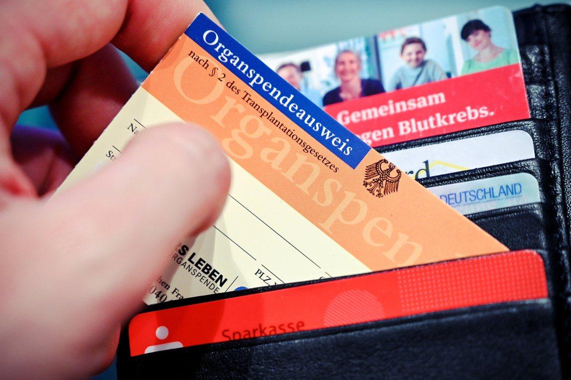 根據雙重反對制:在充分資訊告知下,年滿16歲的德國公民,若生前沒有主動登記為「拒...