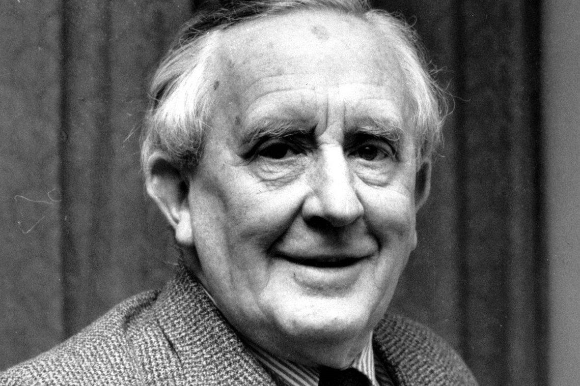 J. R. R. 托爾金(圖)在1973年逝世後,接手父親手稿的克里斯多福卻也發...