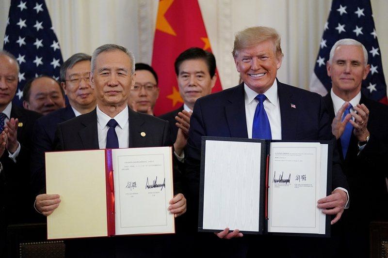1月15日,美國總統川普與中國副總理劉鶴在白宮簽下美中第一階段貿易協議。 圖/路透社