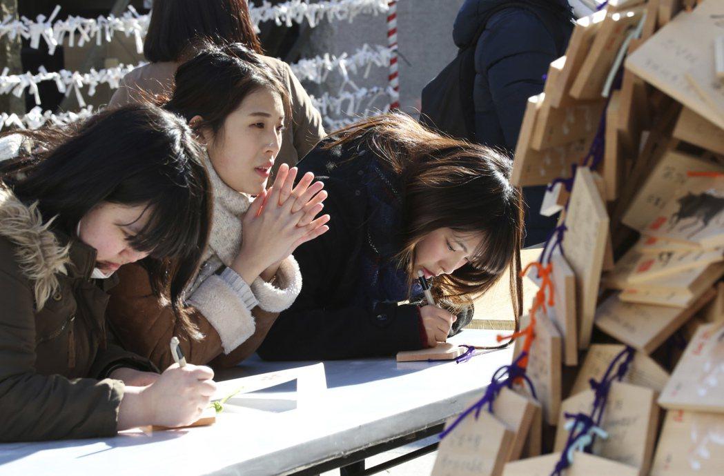 「合格祈願」:每逢考季,就會有不少考生前往神社參拜,祈求考運順利。 圖/美聯社