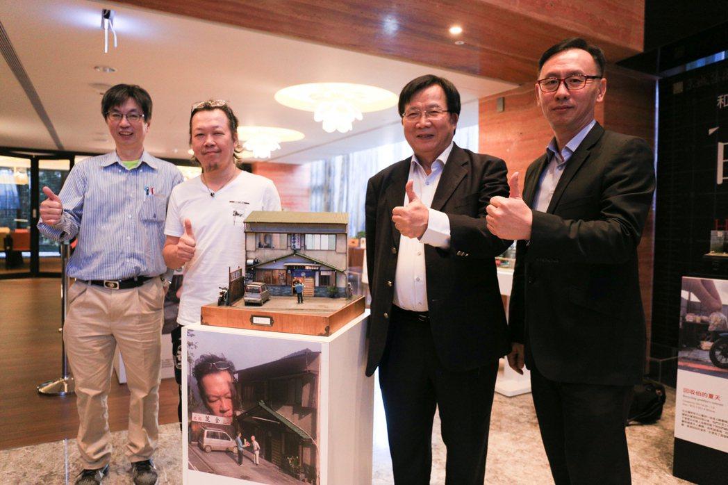 日本微縮冠軍鄭鴻展(左二)帶著14件作品,在高雄京城「逸文苑」展出一個月。圖右至...