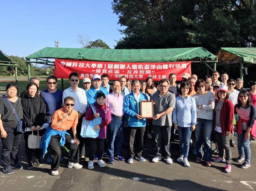 中國科大校長唐彥博致贈感謝狀予景福社區發展協會幹事黃瑞城。 校方/提供