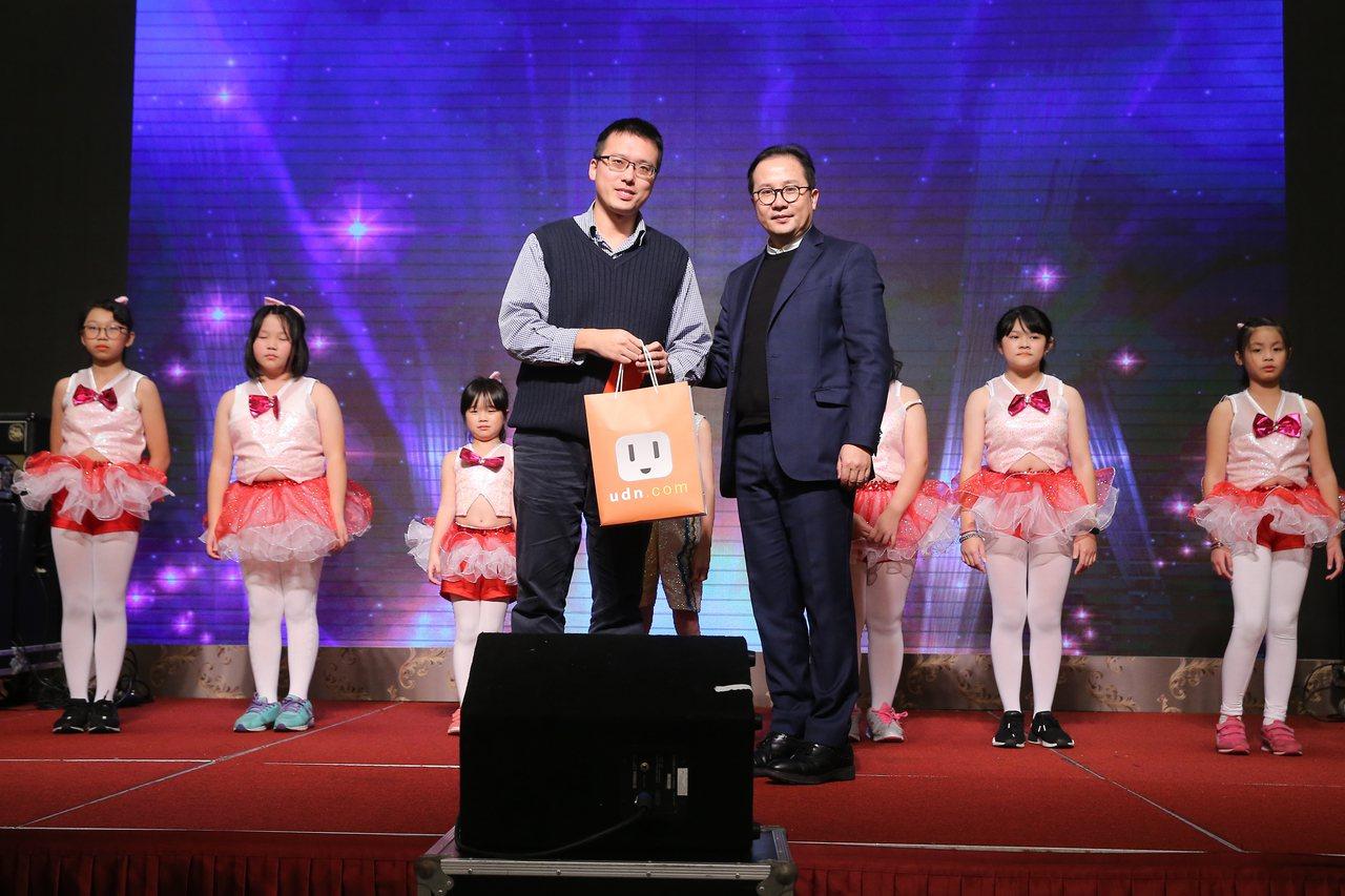 聯合線上執行長孫志華致贈感謝禮給瑞柑國小表演師生們。記者季相儒/攝影