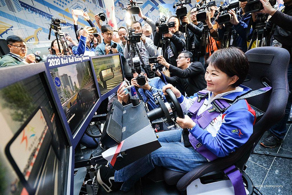 記者會現場也特別擺設賽車電玩模擬器,搶先體驗F1賽車快感。 圖/Red Bull...