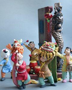 運用黏土捏塑成舞龍舞獅、敲鑼打鼓,表現得出神入化。 業者/提供