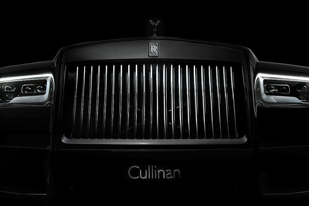 水箱護罩中間的豎桿是黑色,但因為每一根都經過打磨拋光而光亮如鏡,增強車輛本身的動...