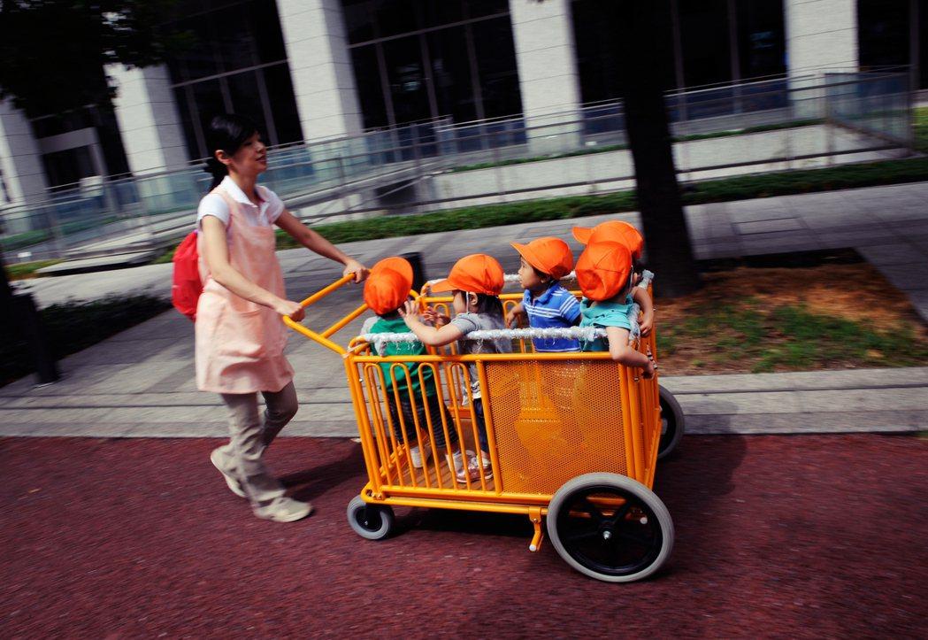 帶孩童散步不是單純的體能活動而已,同時包含交通道路的安全教育、認識生活環境,在孩...