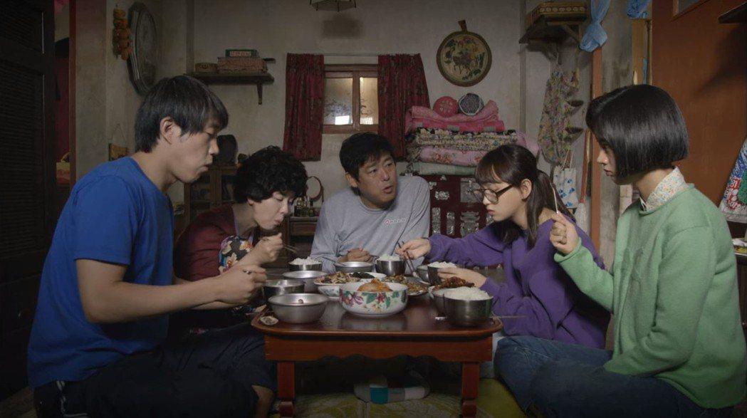 韓劇中的吃飯畫面,內含飲食文化大不同,圖為「請回答1988」劇照。圖/擷自愛奇藝