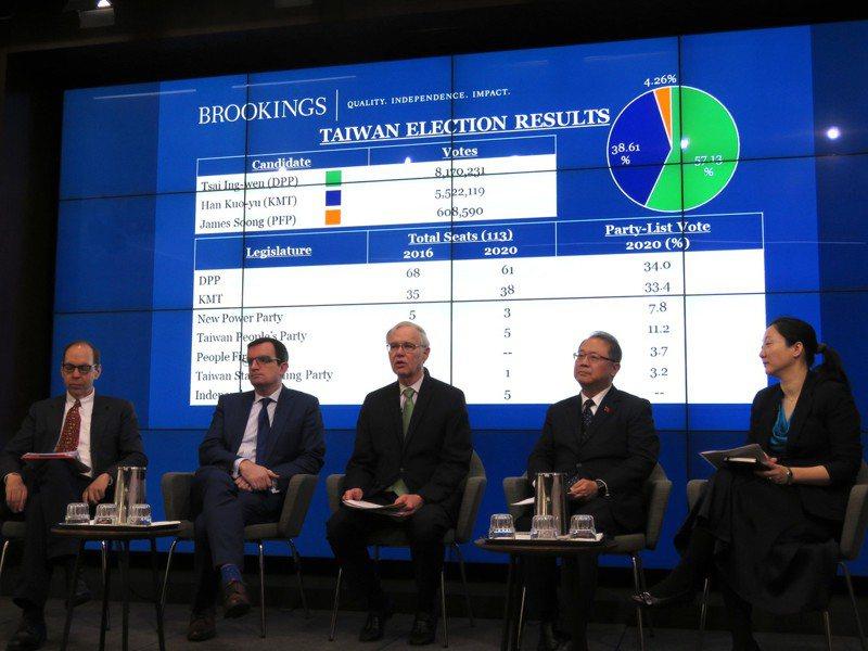 華府智庫「布魯金斯研究院」16日舉行探討台灣大選影響與意義的研討會,由美國在台協會前理事主席卜睿哲(中)主持。華盛頓記者張加/攝影