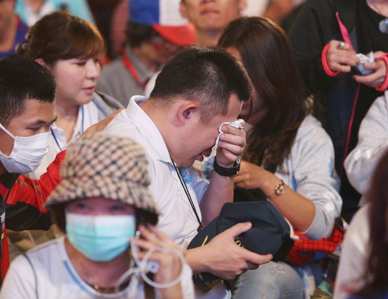 總統大選開票日,國民黨候選人韓國瑜票數一路落後,在高雄競選總部的支持者流下眼淚。本報資料照片