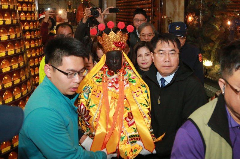 台南市長黃偉哲恭請觀音佛祖上轎。圖/台南市府提供