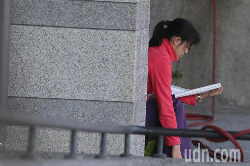 大學學測今天登場,台中一中考場有考生做考前的最後衝刺。記者黃仲裕/攝影