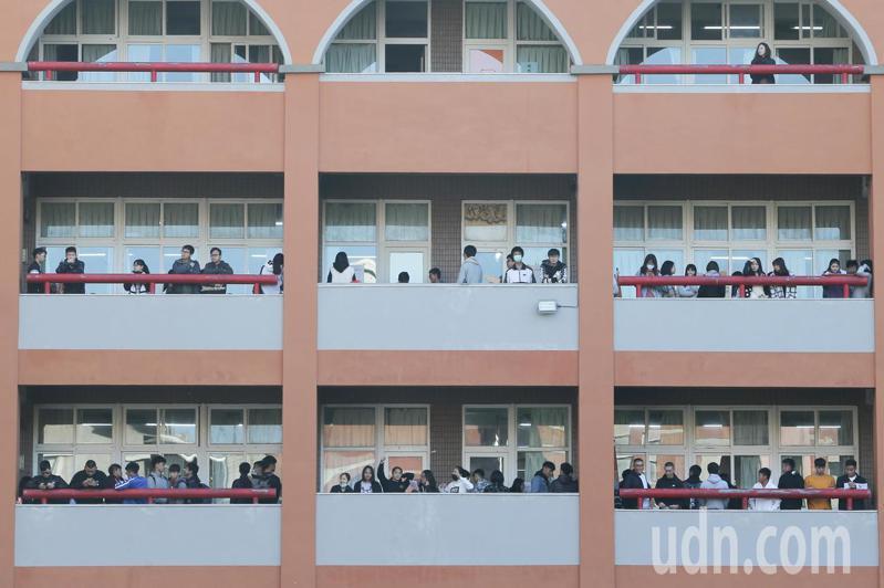 大學學測今天登場,台中一中考場教室外聚集了許多考生,準備入場應試。記者黃仲裕/攝影