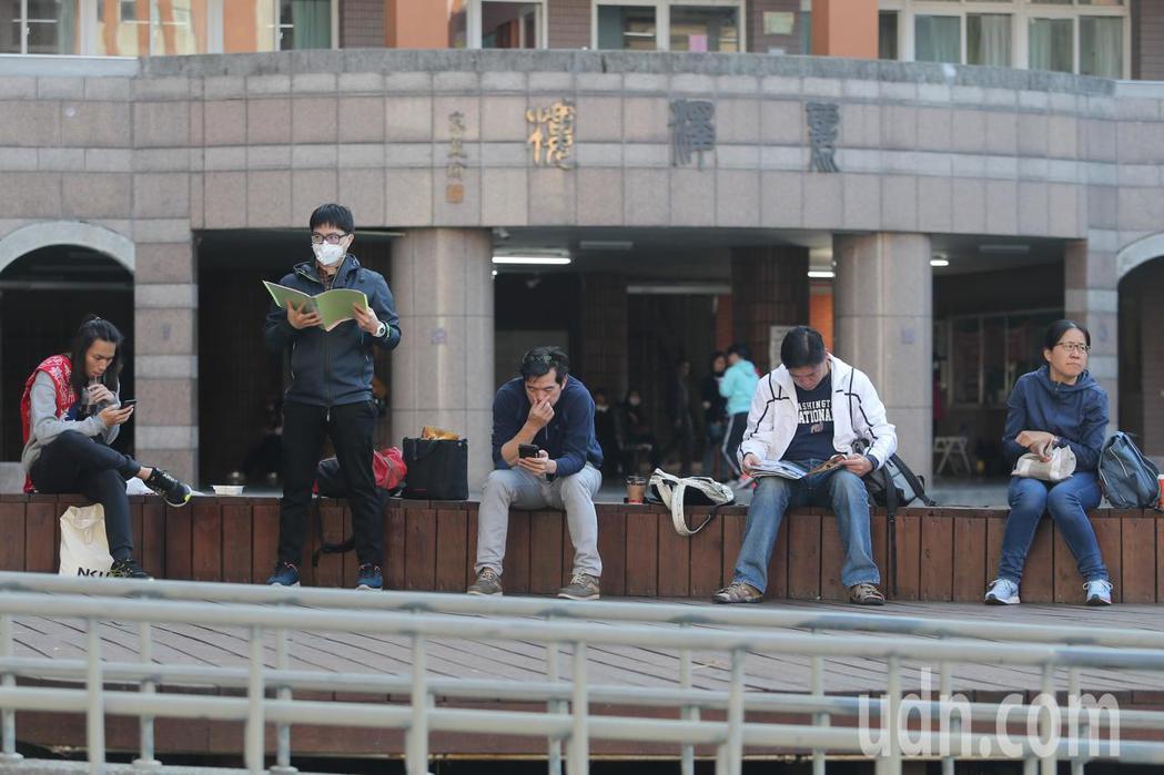 大學學測今天登場,台中一中考場外有不少家長陪同考生做考前準備。記者黃仲裕/攝影