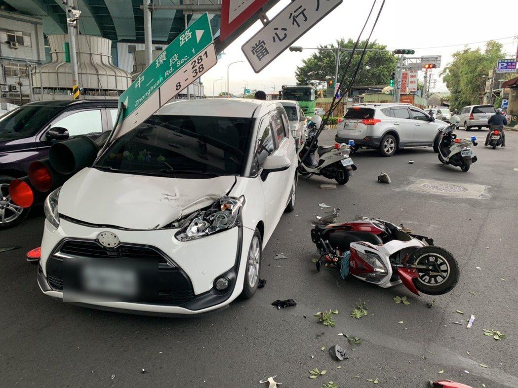 倒下的號誌燈桿直接砸在休旅車上,嚇壞車上駕駛。記者巫鴻瑋/翻攝