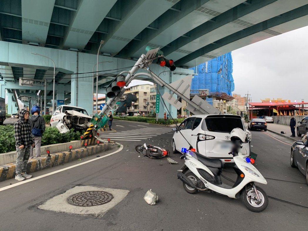 車禍現場一片狼藉,還造成上班車潮一度嚴重回堵,上午9點半才恢復車流。記者巫鴻瑋/...