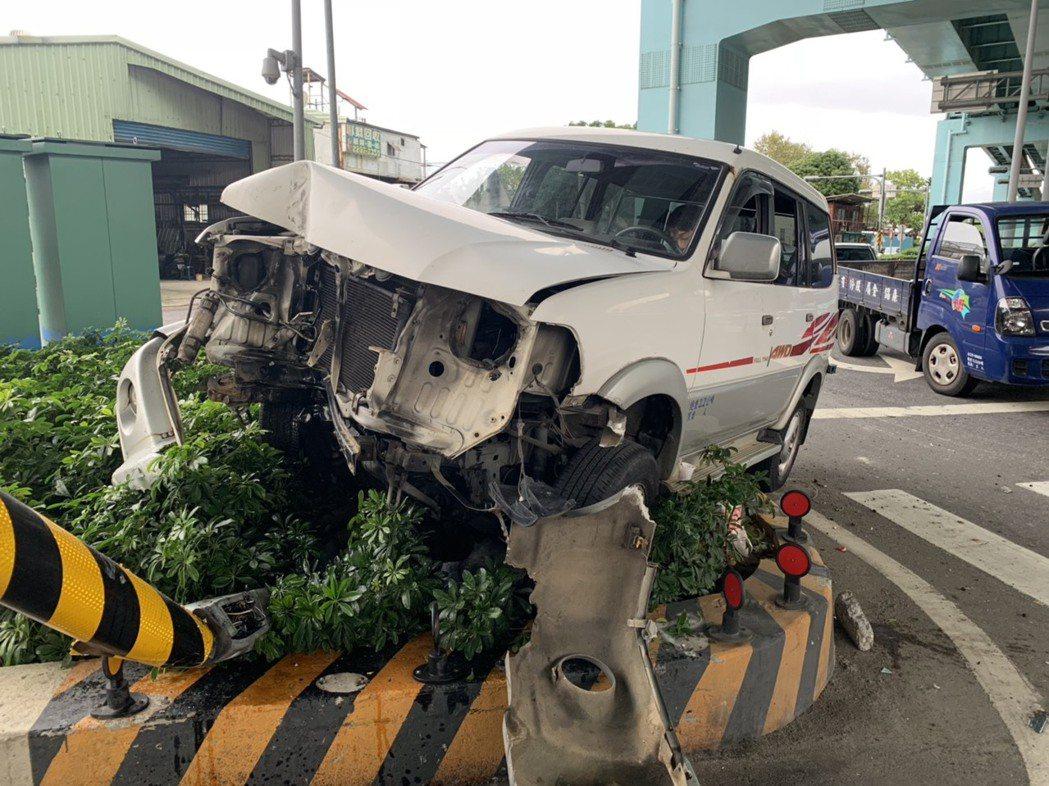 肇事駕駛第一時間還恍神坐在車上昏睡,被到場員警叫醒才下車。記者巫鴻瑋/翻攝