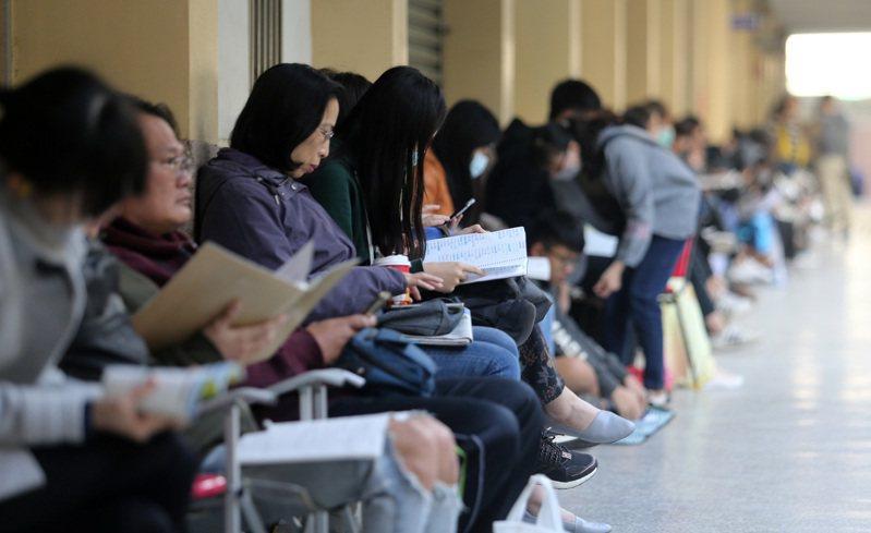 大學學測第一天首科考英文,考生把握時間溫書。記者劉學聖/攝影