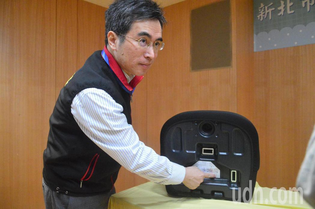 新北主任消保官王治宇說明如何選購合格安全座椅。記者施鴻基/攝影