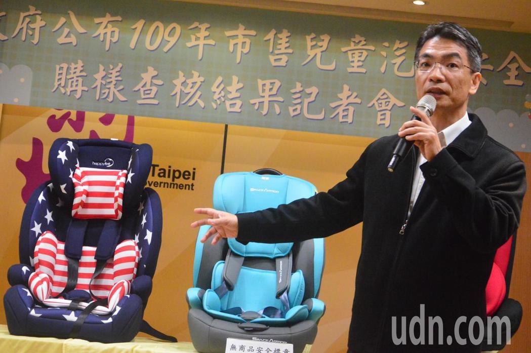 經濟部標準檢驗局科長陳榮富建議如何選購合格安全座椅。記者施鴻基/攝影