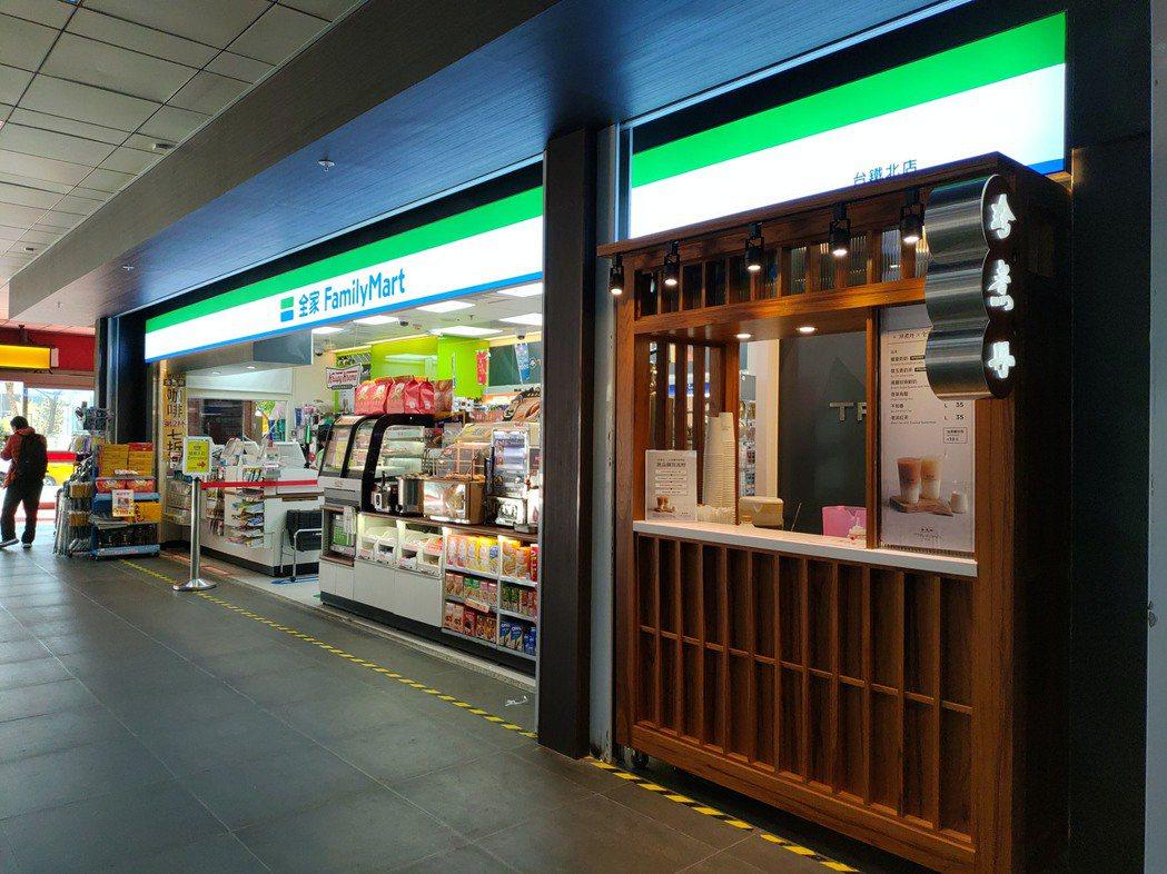 全家便利商店宣布台灣黑糖飲品連鎖品牌「珍煮丹」進駐台鐵北店。圖/全家便利商店提供