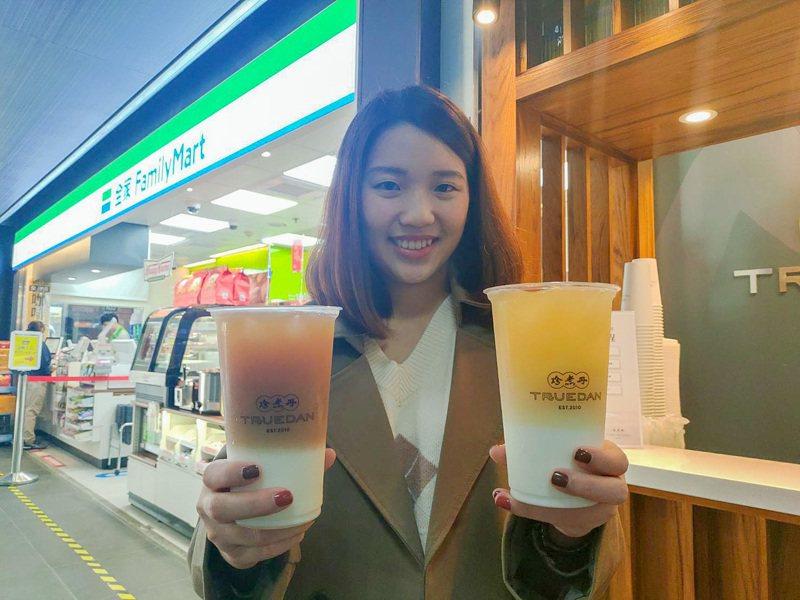 台灣黑糖飲品連鎖品牌「珍煮丹」進駐全家便利商店台鐵北店,並推出「蕎麥奶奶」、「翠玉青奶茶」兩款獨家限定販售飲品。圖/全家便利商店提供