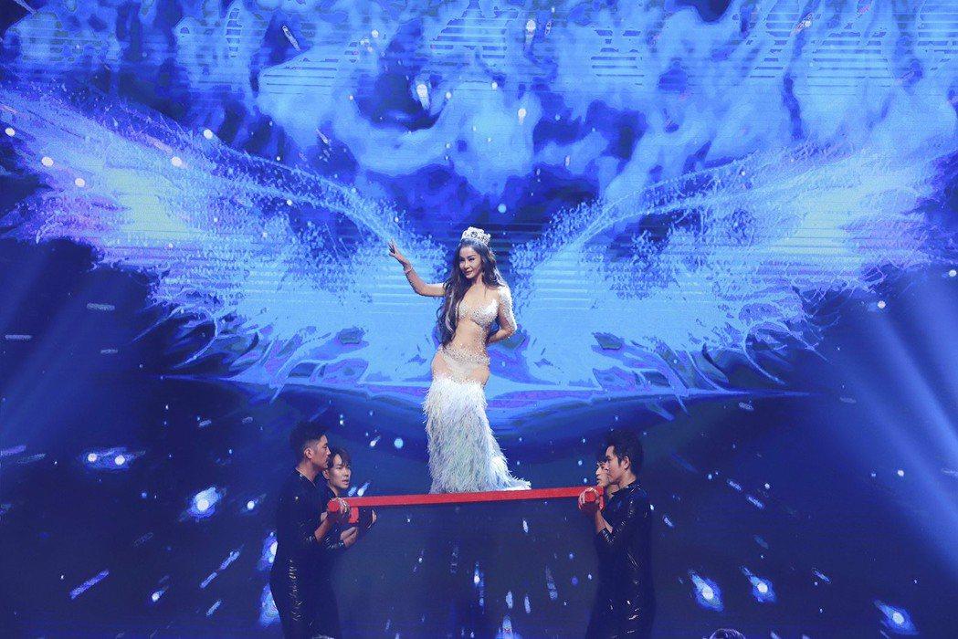 陳美鳳被高舉彷彿天使。圖/民視提供