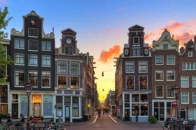 Booking.com為幫助旅客在旅程中更輕鬆,宣布搶先在倫敦、巴黎與阿姆斯特丹等大城市上架「CityBook」App試行版。 圖/Booking.com提供