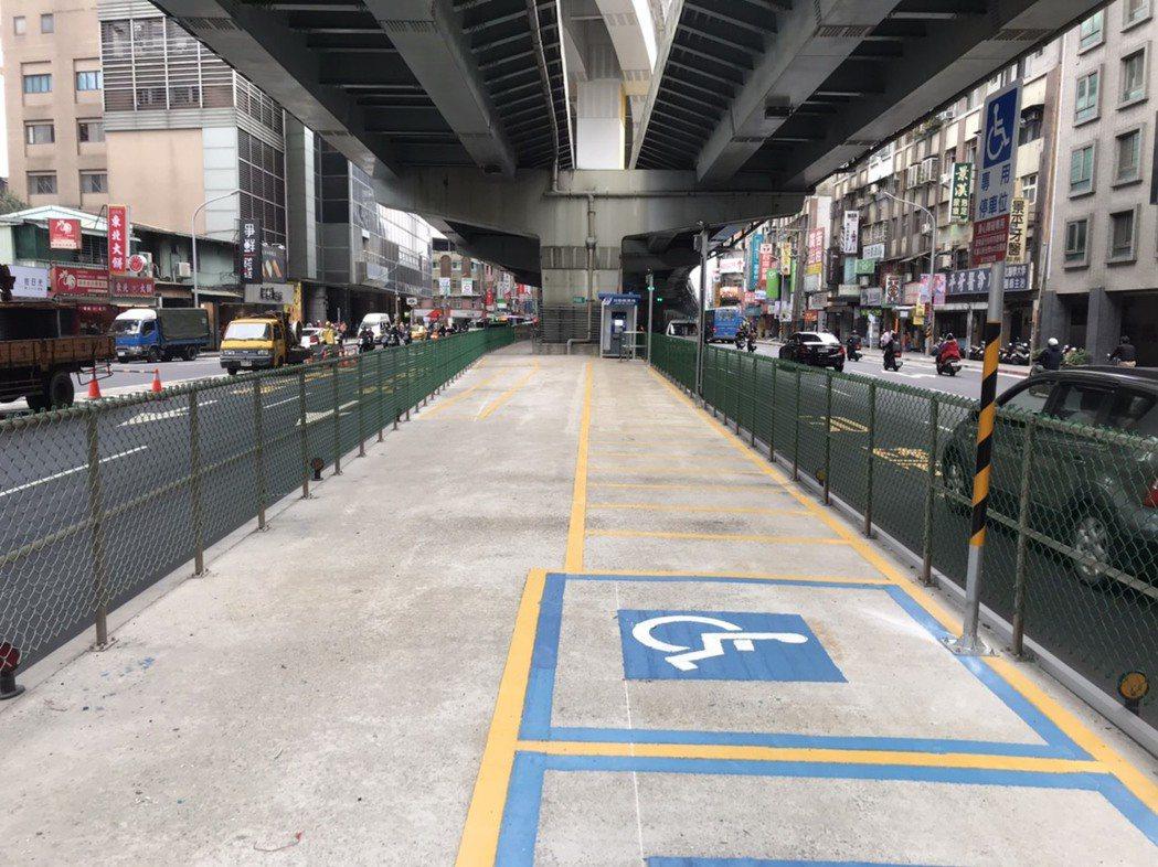 捷運環狀線即將通車,新北市交通局在捷運景安站、景平站附近,利用環狀線完工後空出的...