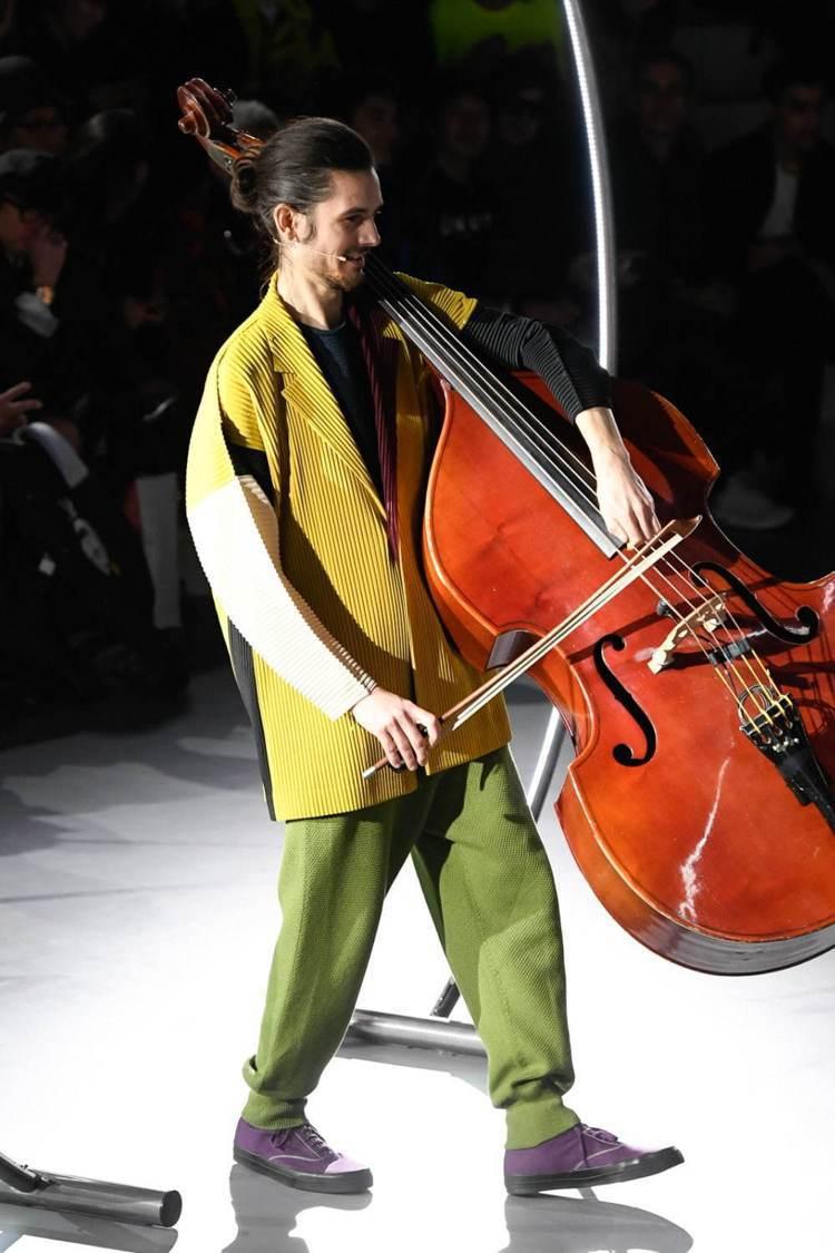 結合薩克斯風、大提琴等,讓服裝發表現場增添藝術氛圍。圖/ISSEY MIYAKE...