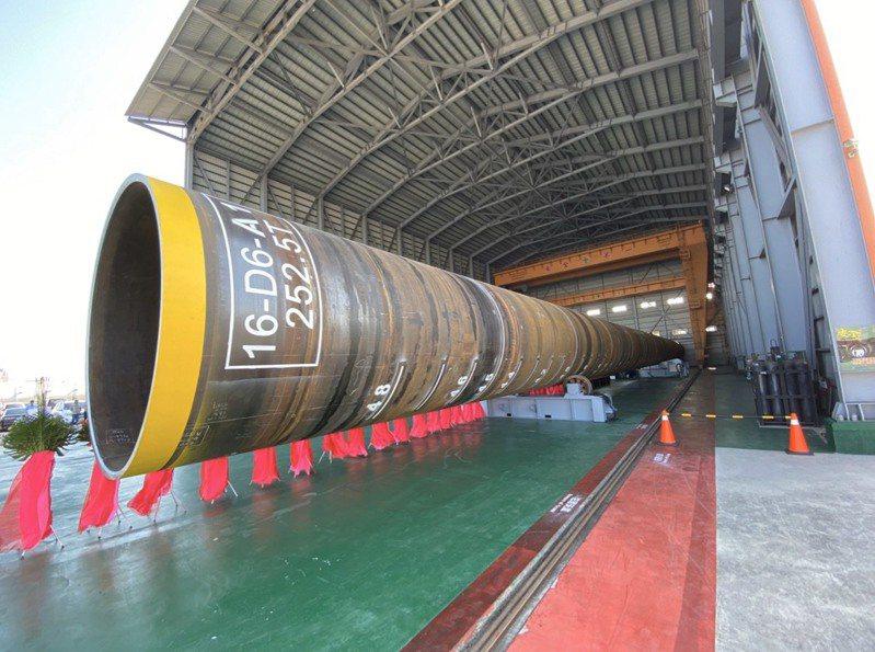 離岸風機需設在海上,埋入海床作為穩固地基的鋼管樁是核心關鍵,打好基礎才能依序裝上套筒桁架、連接段與風機上部結構,圖為台電離岸一期風場首隻國產鋼管樁。圖/台電提供