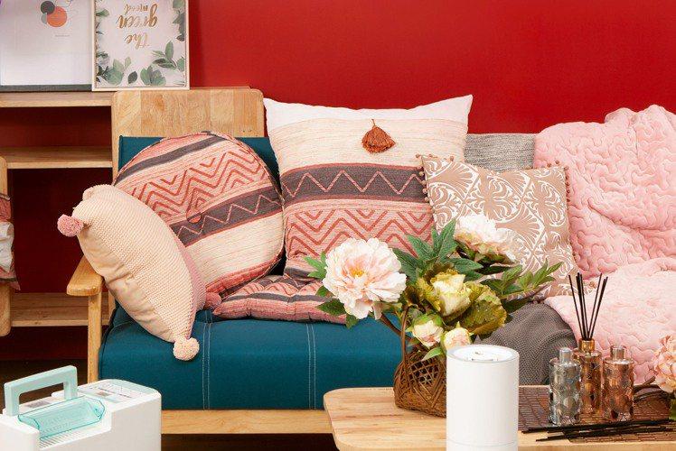 生活工場波西圓舞系列坐墊、抱枕,營造喜氣感同時保有時尚典雅氛圍。圖/生活工場提供