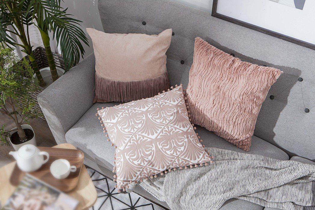 生活工場夕霏煙花抱枕套的仿傳統窗花紋路,營造淡雅年味。圖/生活工場提供
