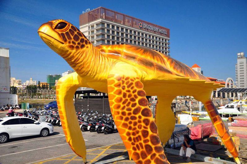 澎縣湖委由藝術家吳飛達製的巨型綠蠵龜裝置藝術,高達8公尺,用色鮮艷。記者王昭月/翻攝