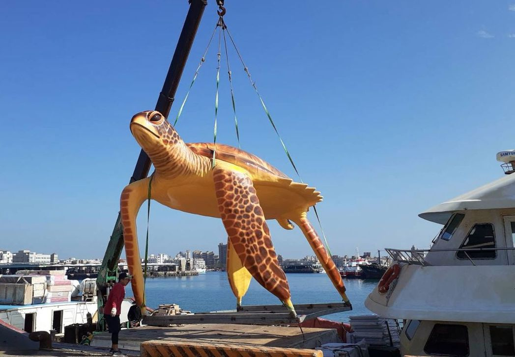 巨型綠蠵龜裝置藝術已運至澎湖望安,可望成為新地標。記者王昭月/翻攝