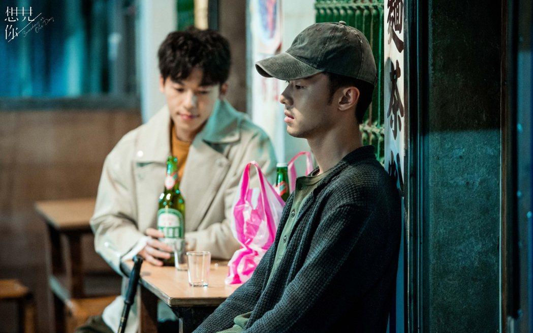 施柏宇(右)、許光漢在戲中對飲。圖/衛視中文台提供  ※ 提醒您:禁止酒駕 飲酒...