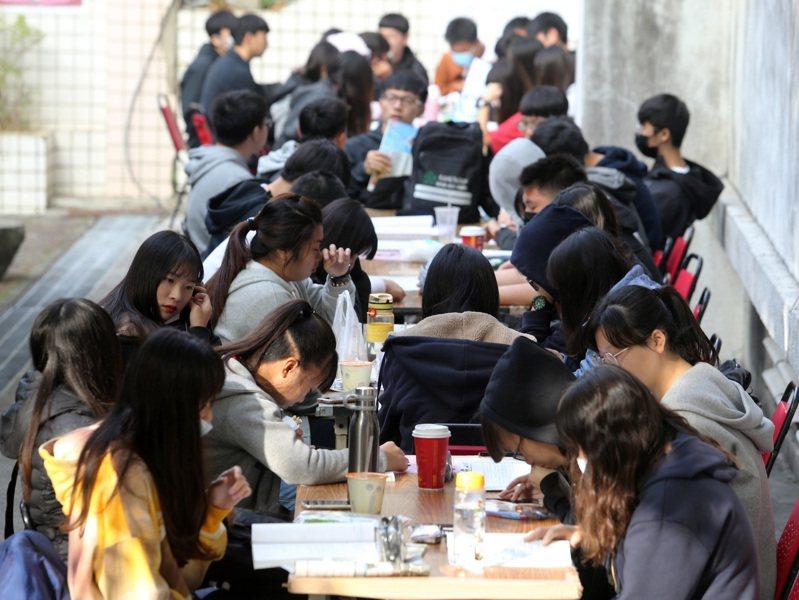 考生覺得國文科試題中間偏難。記者徐如宜/攝影