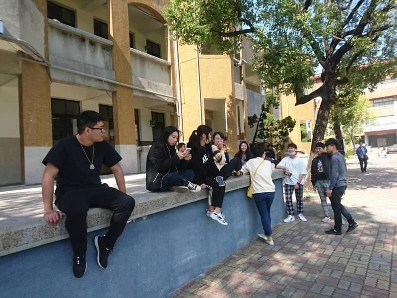 學測今天登場,考試後學生討論考題內容。記者鄭惠仁/攝影