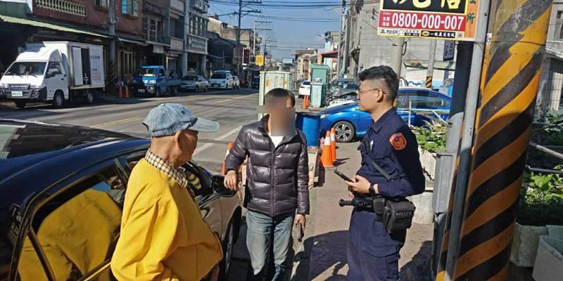 東安派出所警員陳品安用警用小電腦M-Police內建的人臉辨識系統,查出老翁70歲、姓江,順利聯絡上他兒子來接他回現在住的家。圖/新埔分局提供