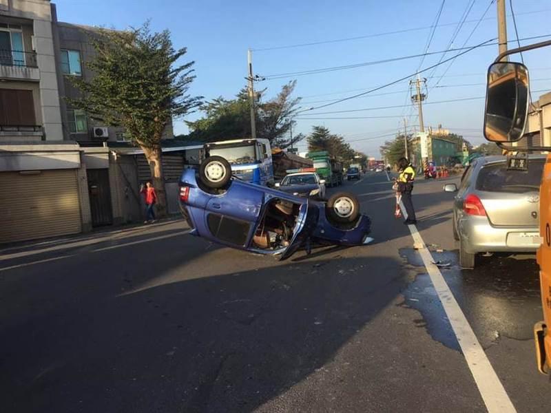 藍色自小客車撞到路邊車輛自行翻覆。圖/讀者提供