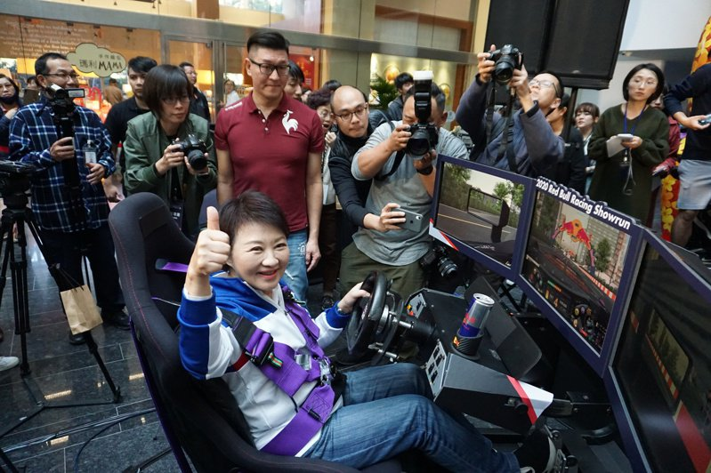 F1賽車表演賽3月7、8日在台北、台中街頭舉行,台中市運動局今召開記者會,宣布這項好消息,台中市長盧秀燕親自體驗賽車模擬器,飆風速度讓她直呼「Amazing」。記者洪敬浤/攝影