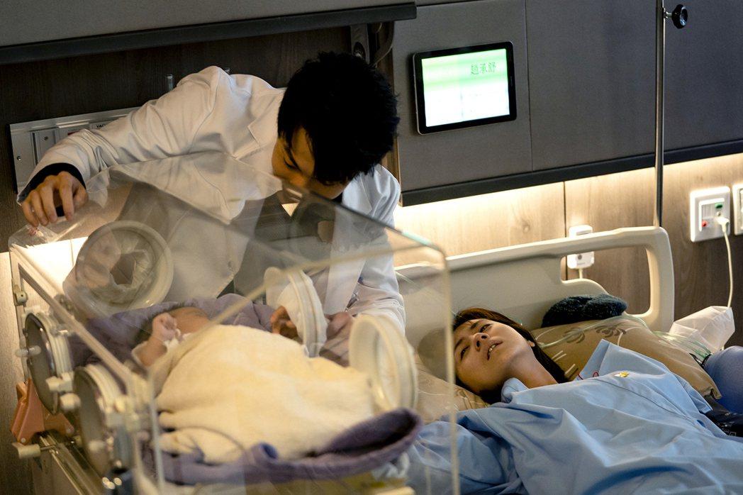 林予晞(右)在戲中性命垂危之際,終於見到剛出生的兒子。圖/TVBS提供