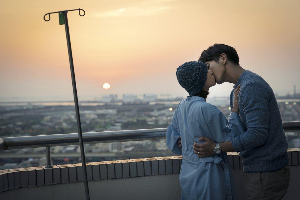 林予晞(左)、修杰楷在醫院頂樓親吻。圖/TVBS提供