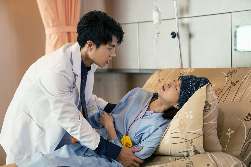 林予晞(右)在戲中病情急轉直下,突發心肺衰竭,飾演醫生的唐振剛急看病況。圖/TV...