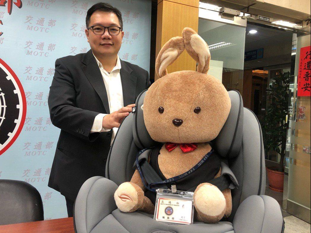 後向式兒童安全座椅年齡限制延長到2歲。記者侯俐安/攝影