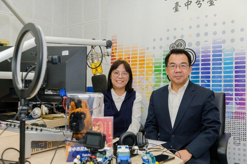 台中市警察局局長楊源明(右)親上廣播電台賣「聲」,宣導農曆春節期間,民眾酒後不開車、開車不飲酒。圖/台中市警察局提供