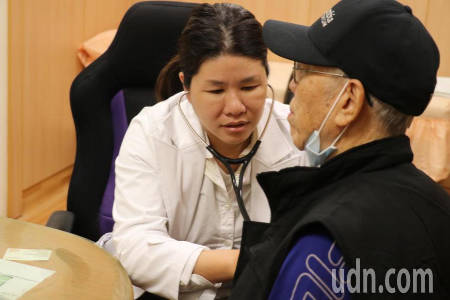 50歲陳姓男子最近到大陸出差,突然胸口疼痛,立刻使用「救心丸」耐絞寧舌下含片保住一命,返台後感謝醫師提醒。記者余采瀅/攝影
